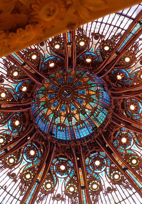 Les Galeries Lafayette Viennent De Feter Les Cent Ans De Leur Celebre Coupole Parisienne Quel Rapport Architecture Art Nouveau Art Nouveau Photo Noir Et Blanc