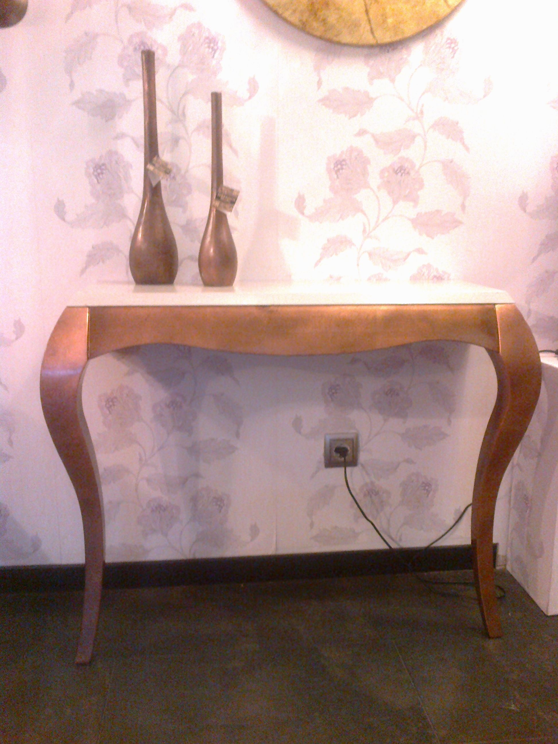 Consola con dos patas para entradas estrechas acabado for Consolas antiguas muebles