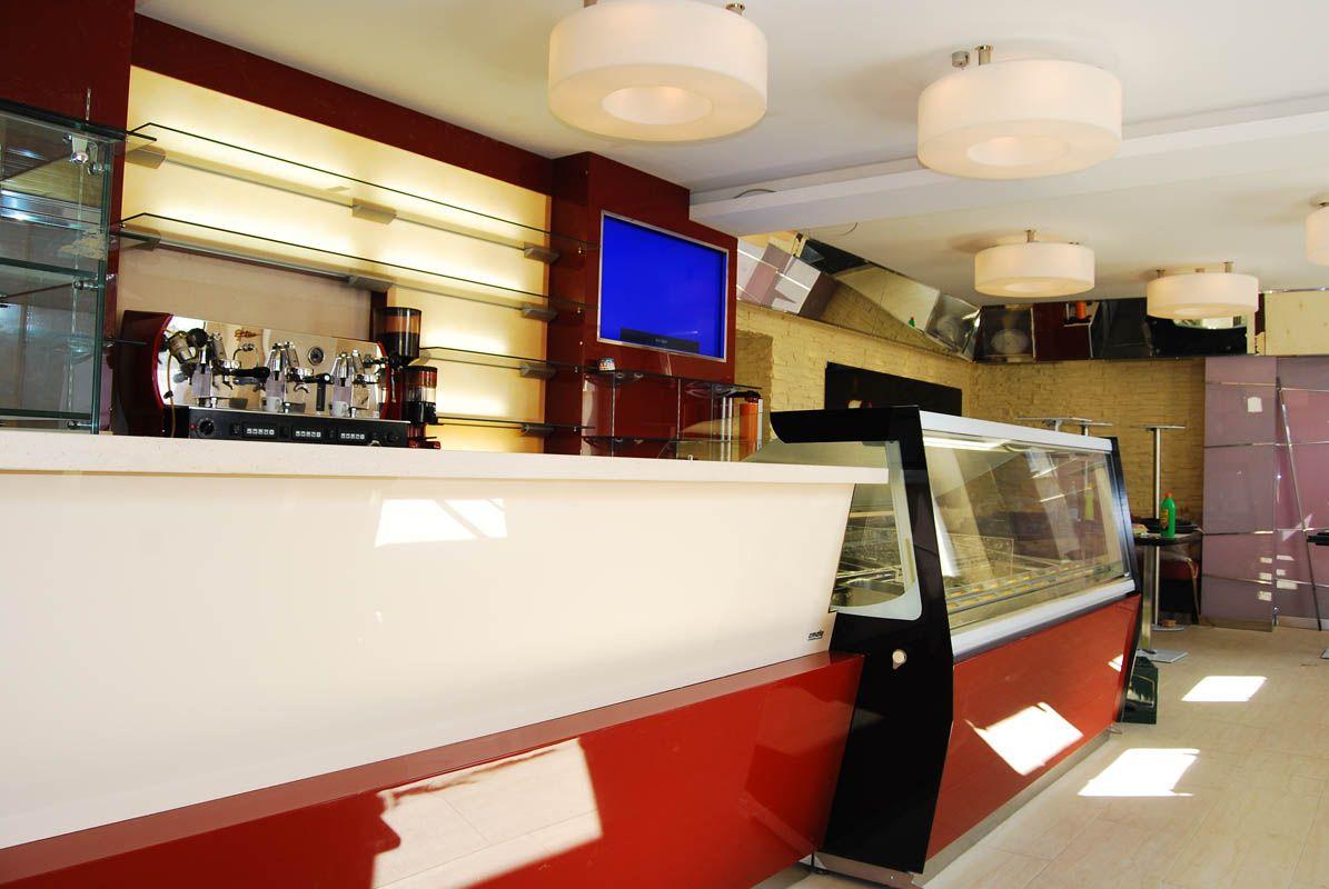 Gelateria Gino Eiscafè, arredamento #gelateria su misura, #vetrina gelateria 24 gusti, #emmelle arredamenti, vetrinagelato.it, #divaniimbottiti, #corian, #design - a Neustadt in Germania. #eis #eiscafè