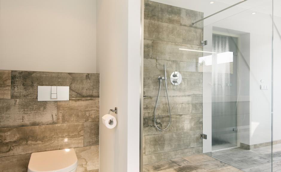 Inloopdouche Met Tegels : Ruime badkamer met vrijstaand bad en inloopdouche stucwerk