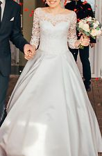 Beautiful wedding dress in ivory. Size XS. the silk and lace material