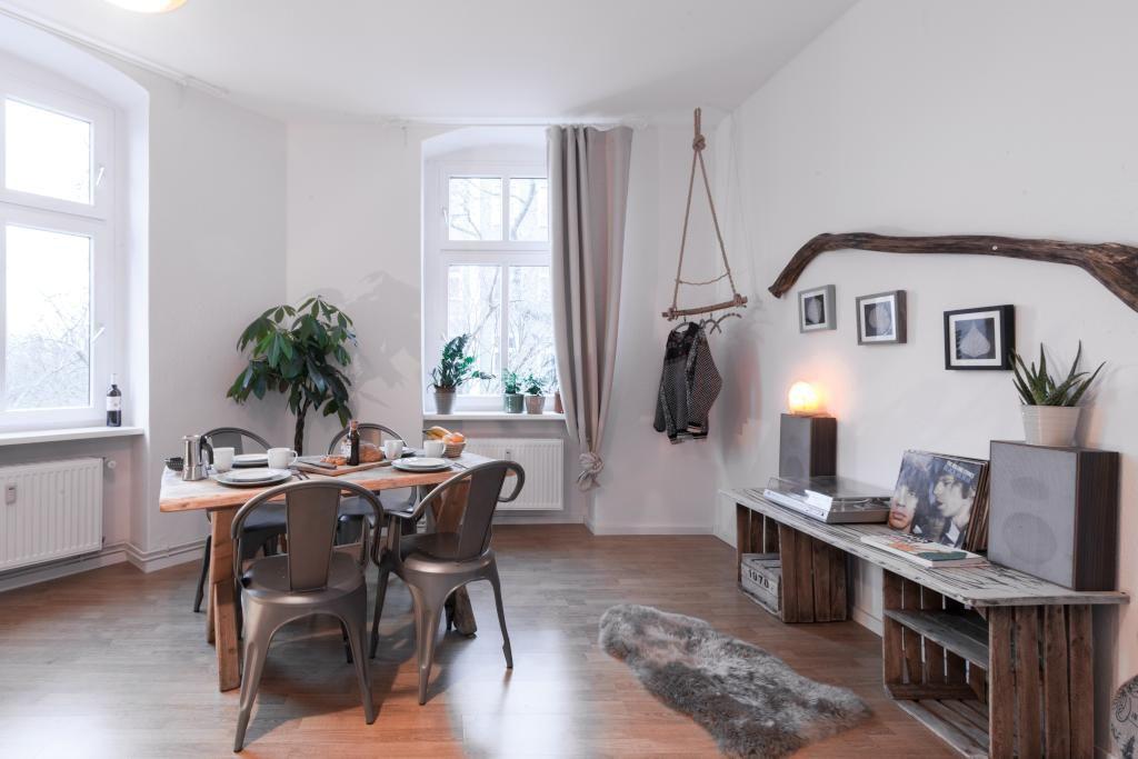 DIY-Tisch aus Holzkisten. #DIY #Tisch #Holzkisten #Kleiderstange ...