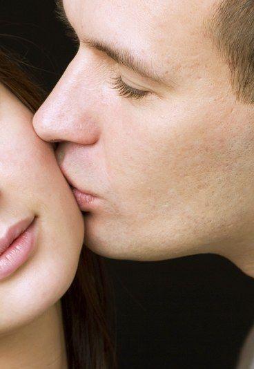 Der Gute-Nacht-Kuss - Die schönsten Kussarten - Am Ende des Abends, kurz bevor Sie und er sich vor Ihrer Haustür trennen, wird es Zeit für den Gute-Nacht-Kuss. Oft handelt es sich hierbei um den lang erwarteten ersten Kuss, romantisch und ein wenig schüchtern...