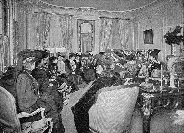 Mme Marni Mme A Daudet Ctesse De Noailles Bne De Pierrebourg Mme Judith Gautier Mme De Broutelles Une Academie Feminine Reunion Dans Le Salon De La Co
