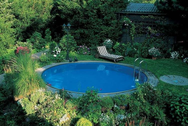 runder swimmingpool im garten liegt im schatten pool. Black Bedroom Furniture Sets. Home Design Ideas
