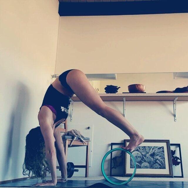 Today in 'How to Bruise Your Shins'...  ▪ #armbalancebasics with @momwhatsfordinner @paisleyanneyoga @consciousink @health_warrior @stoneweardesigns @nuxusa @honuyoga and @anjaliclothing ▪ #corework #handstandprep #yoga #йога #йогакаждыйдень #yogaeverydamnday #balance #stretch #keepyogaweird #practiceandalliscoming ▪  The Strokes - Reptilia