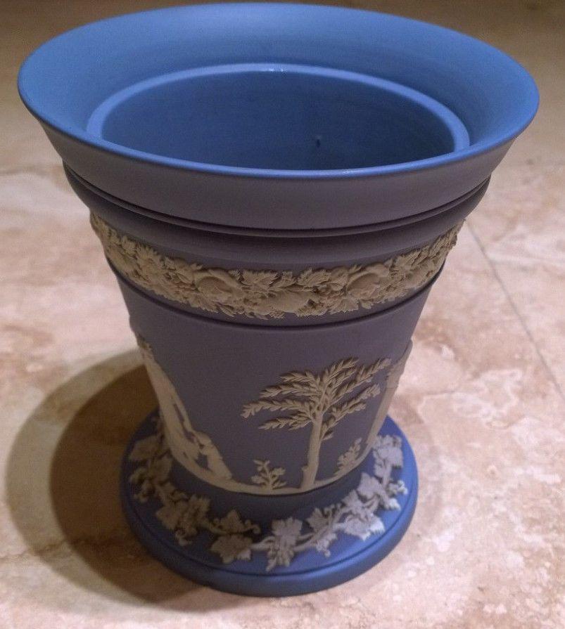 Wedgwood Jasperware Vase with frog #WedgwoodJasperware