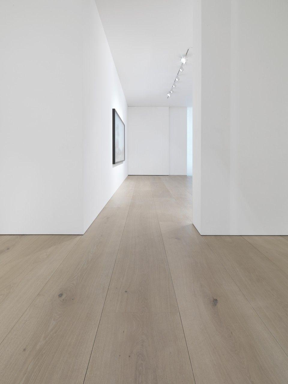 gewoon witte muren met een houten vloer rustig en basic mieke