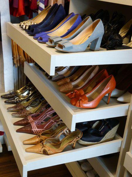 Os sapatos foram organizados por frequência de uso, altura do salto e cor.