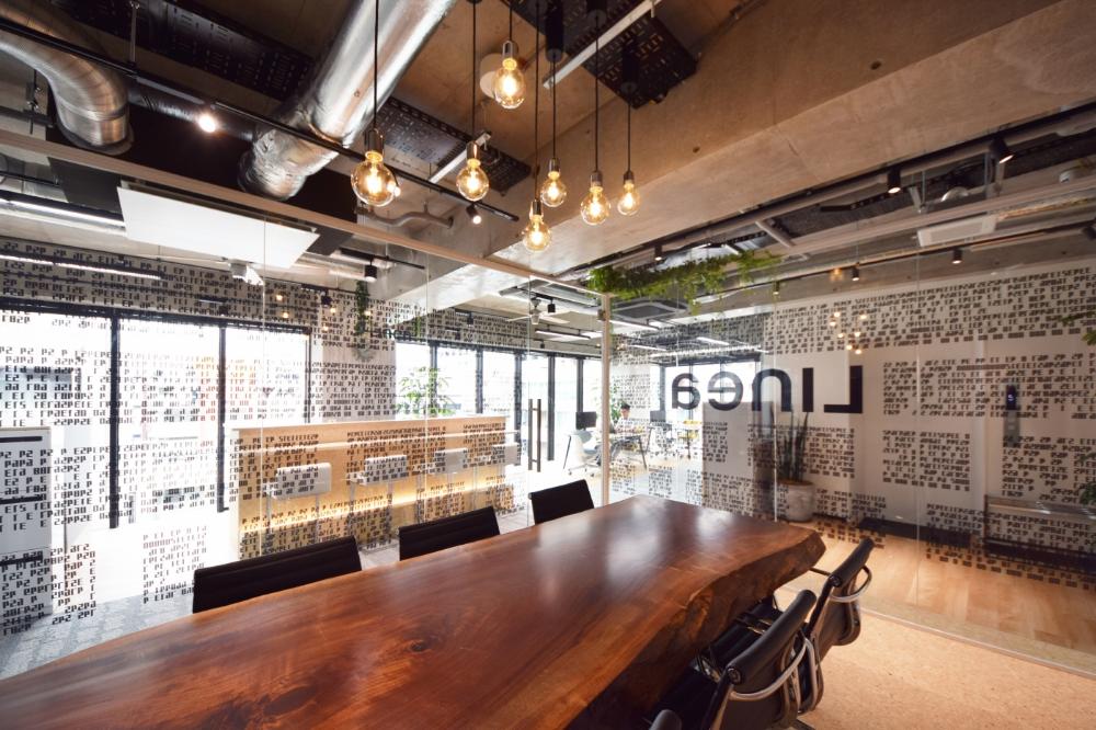 ガラスに囲われた会議室 スケルトン天井で開放感溢れるオフィス デザイナーズオフィスのヴィス コンクリート インテリア