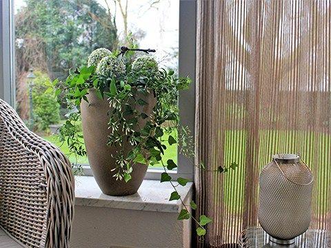 Bestel deze Creatiebox in onze webshop  Dit krijg je     Capi-creatie Fris en zuiver Deze hoge vaas Tutch van Capi is licht, onbreekbaar én hij heeft een prachtige natuurlijke uitstraling door de ruwe structuur. Met wat groene planten erin creëer je een natuurlijk geheel