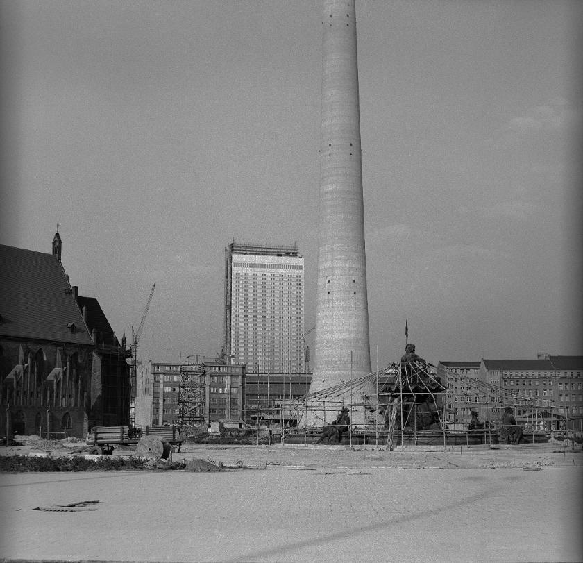 Neugestaltung Der Fläche Am Fusse Des Fernsehturms In Berlin   |  V Like Vintage