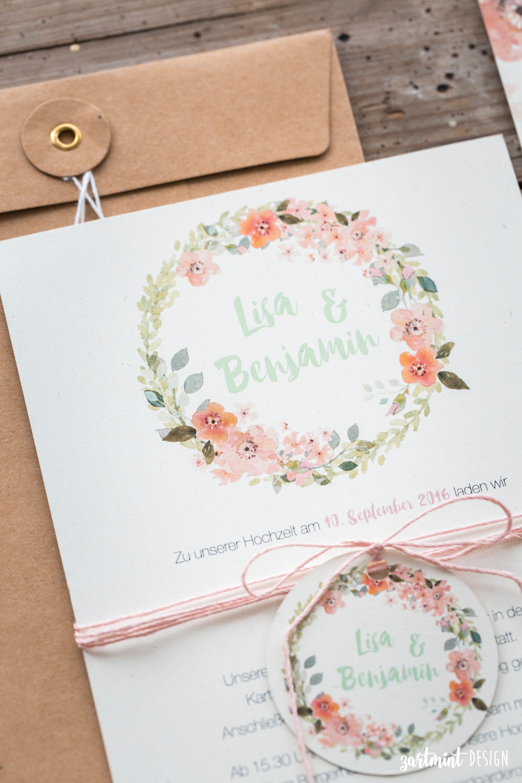 Hochzeitseinladungen mit Blumenkranz auf Naturpapier mit süßen