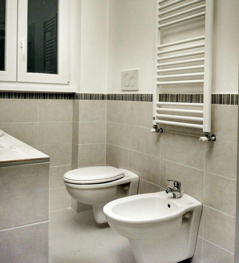 Ristrutturazione bagno con fornitura materiali di finitura rivestimento 20x40 grigio beige - Rivestimento bagno grigio ...