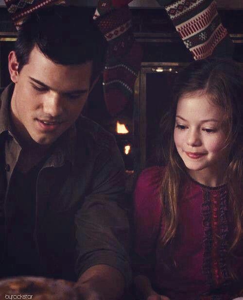 Jacob: Mira Reneesme este regalo es para ti, a ver si te gusta. Reneesme: Gracias, Jacob