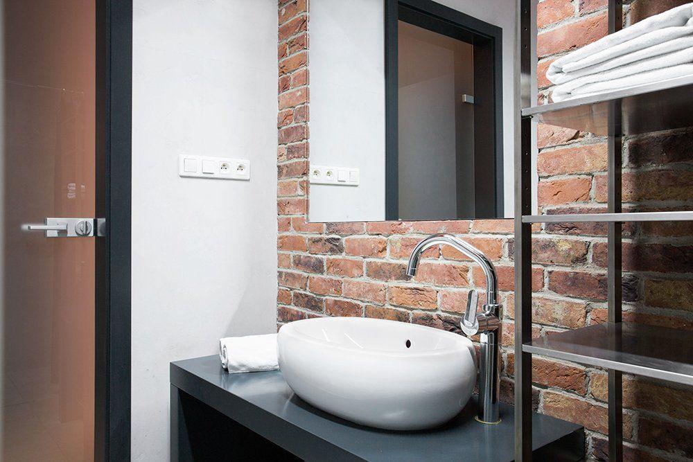 ściana Z Cegły W łazience Tuż Za Umywalką Praktyczne I