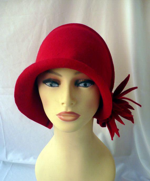 a9f6773df6e05 Diseño único y exclusivo para este sombrero cloché estilo años 20  confeccionado en fieltro de lana 100% y modelado a mano. Este modelo en  rojo lleva una ...