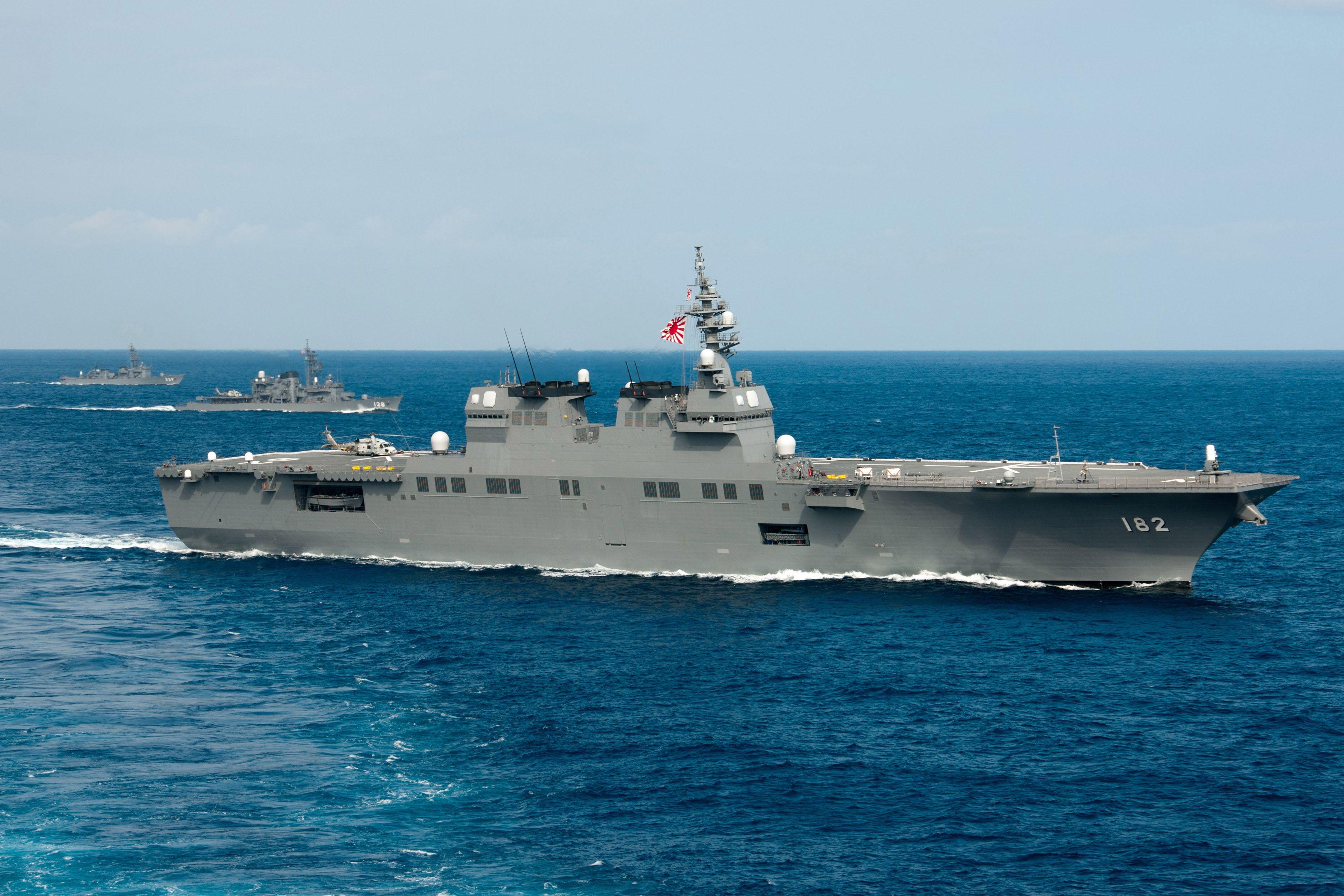 Los buques japoneses, Ise, Haruyuki y el Abukuma een el Este del Mar de China después de maniobras navales.