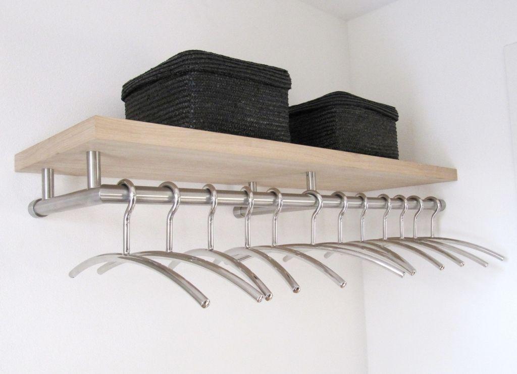 Rvs kapstok model 1. met een gefineerd eiken houten hoedenplank en