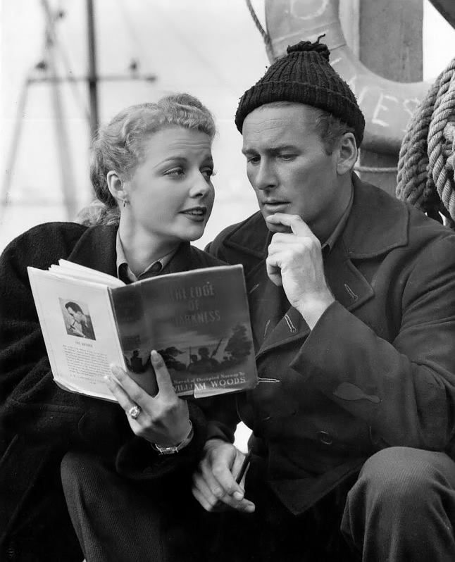 Ann Sheridan et Errol Flynn sur le plateau de l'obscurité, 1943