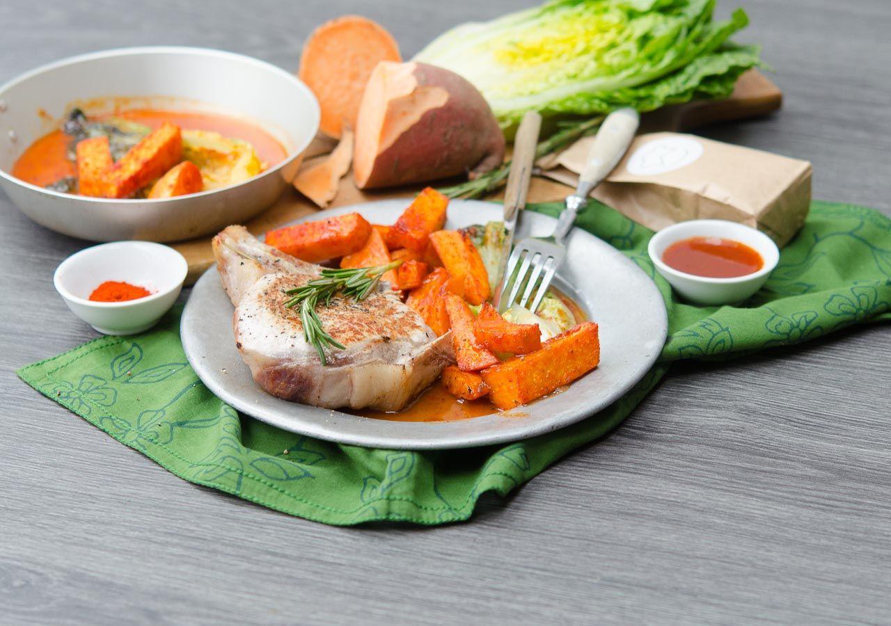 Schweinekotelette mit Süßkartoffeln und scharfem Salatherz. Kostenloser Rezept-Download: http://bit.ly/1HtVrE7