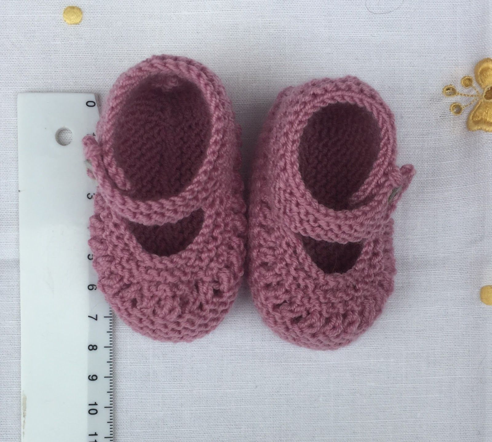 8734239e2 SANDALIAS COLOR MALVA DE LANA PARA PRIMERA POSTURA Materiales Lana especial  bebé marca DROPS