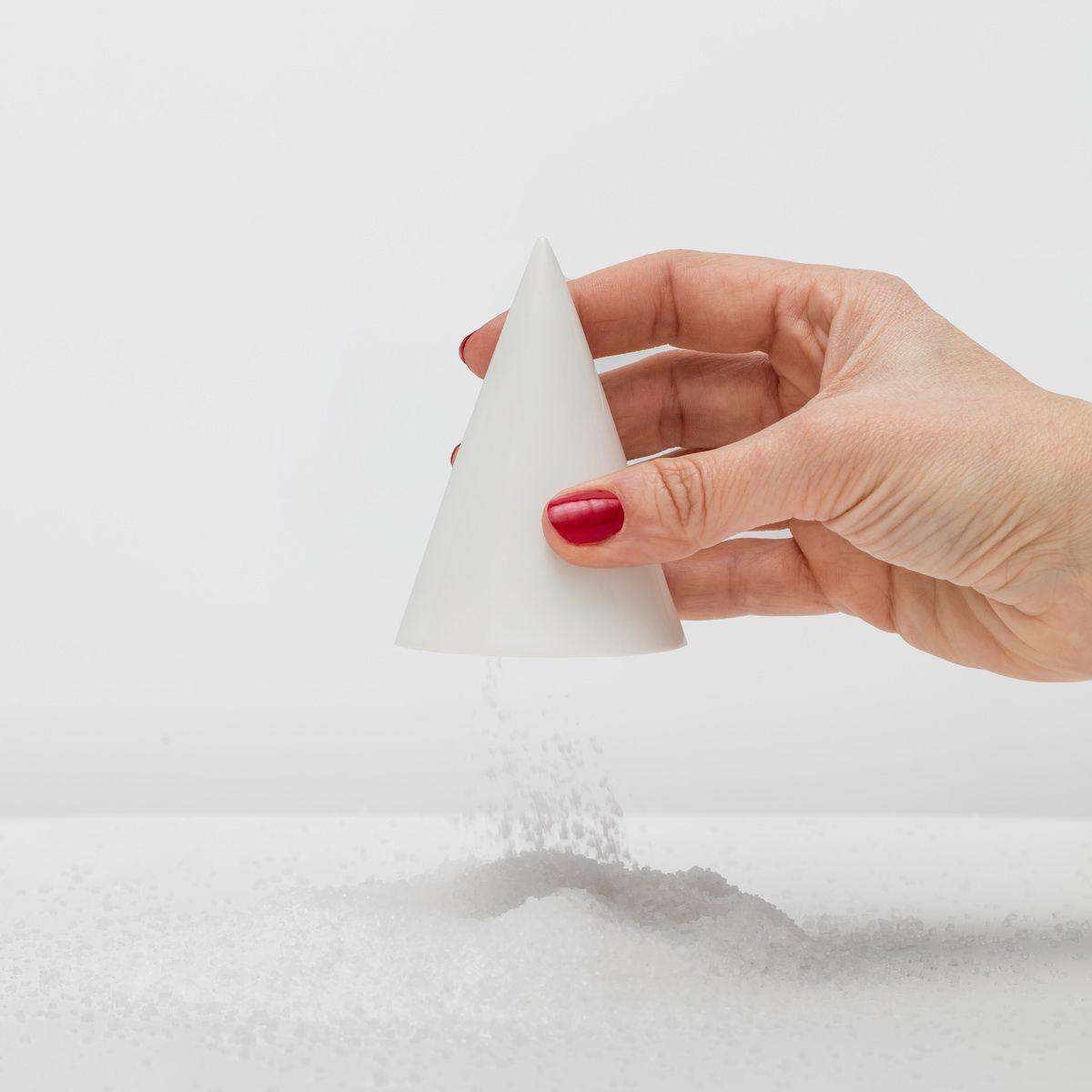 1c7fadfba94f Минималистичные керамические солонки и перечницы Salt&Pepper Cones от  польского бренда TRE. Выставлялись в Fondation Louis