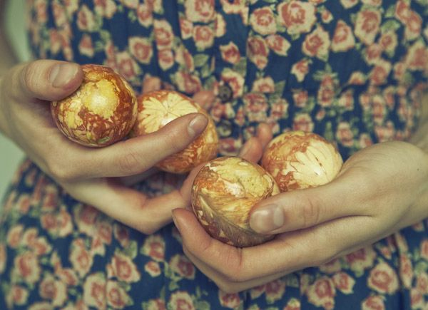 how to color eggs with onion shells (!)