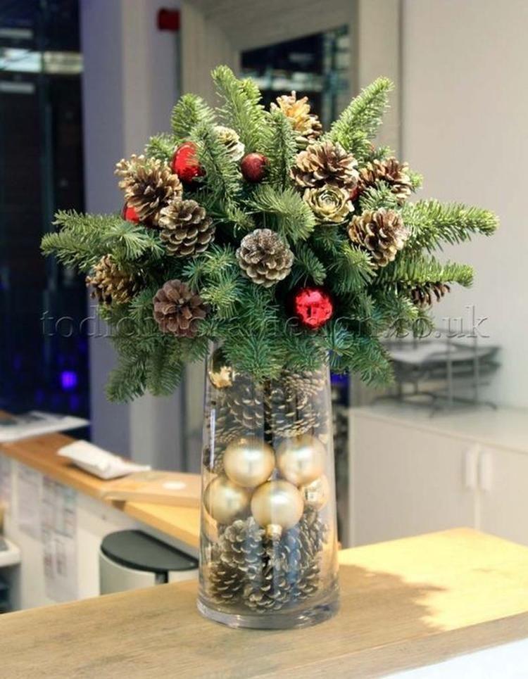 KERSTSTUK VOOR OP EEN HOGE VAAS ... nodig * hoge vaas deze vullen met dennenappels en kerstballetjes . Bovenop komt een bakje (dat precies past op de vaas ) -oasis - kerst groen - ( dennenappels en kerstballen op ijzerdraad zetten ) gedeeld door marjolein 131 #kerstbloemstukken
