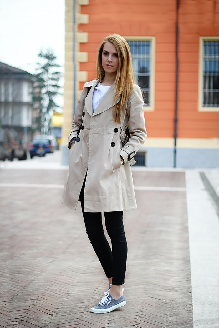 Tenue trench gris pull col rond blanc jean skinny noir baskets basses grises trench gris - Tenue jean blanc ...