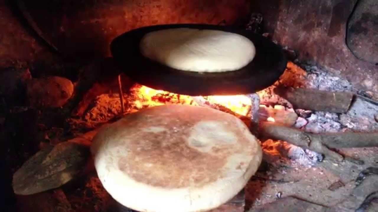 Brood bakken boven een open vuur