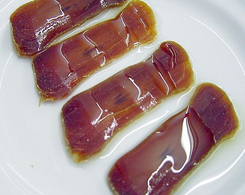 Mojama de atún con aceite de oliva (salt-cured and dried tuna with olive oil)