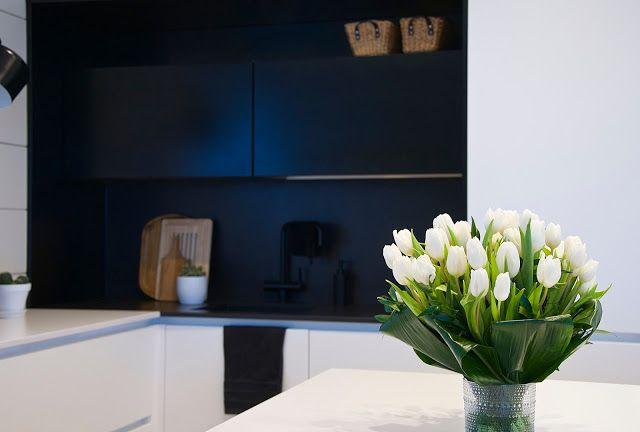 talo markki -white tulips in a vase