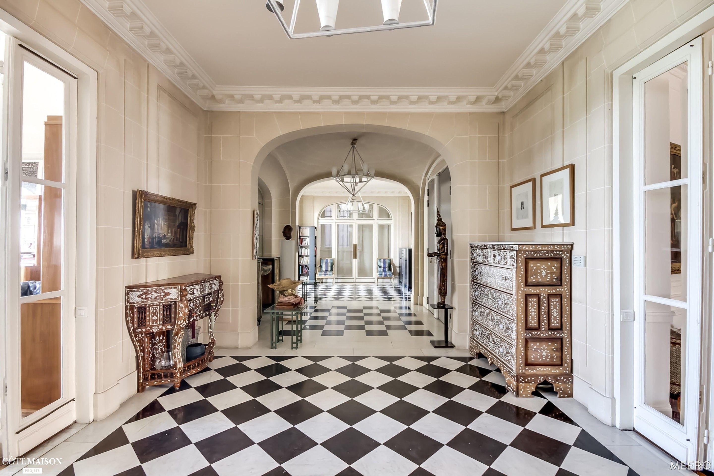 une entr e somptueuse au sol en damier blanc et noir moulures au plafond entr e et couloir. Black Bedroom Furniture Sets. Home Design Ideas