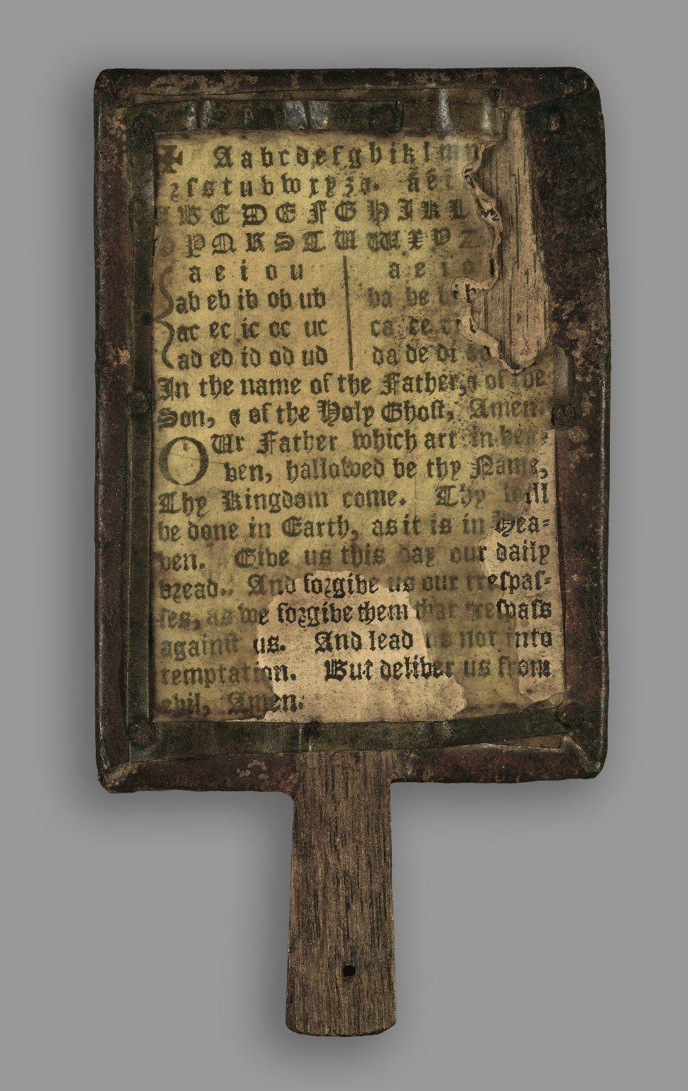Kinderboek op een stokje  Dit zeldzame en beetje rare boek is gemaakt in de 17de eeuw, het is een hornbook of hoornboek. Hornbooks zijn de voorlopers van het leesplankje. Het zijn rechthoekige plankjes met een handgreep. Aan voor- en achterzijde is een velletje papier bevestigd met het alfabet in hoofdletters en in kleine letters, soms ook cijfers en het Onze Vader. Als bescherming werd het papier afgedekt met een plaatje doorzichtig hoorn.