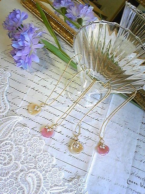 ●花びら約1.3~1.8cm●チェーンの長さ:約38cm●アジャスター約5cm本物のバラの花びらを使用してますので、一つ一つ表情が異なり、花びらの脈まで見える...|ハンドメイド、手作り、手仕事品の通販・販売・購入ならCreema。