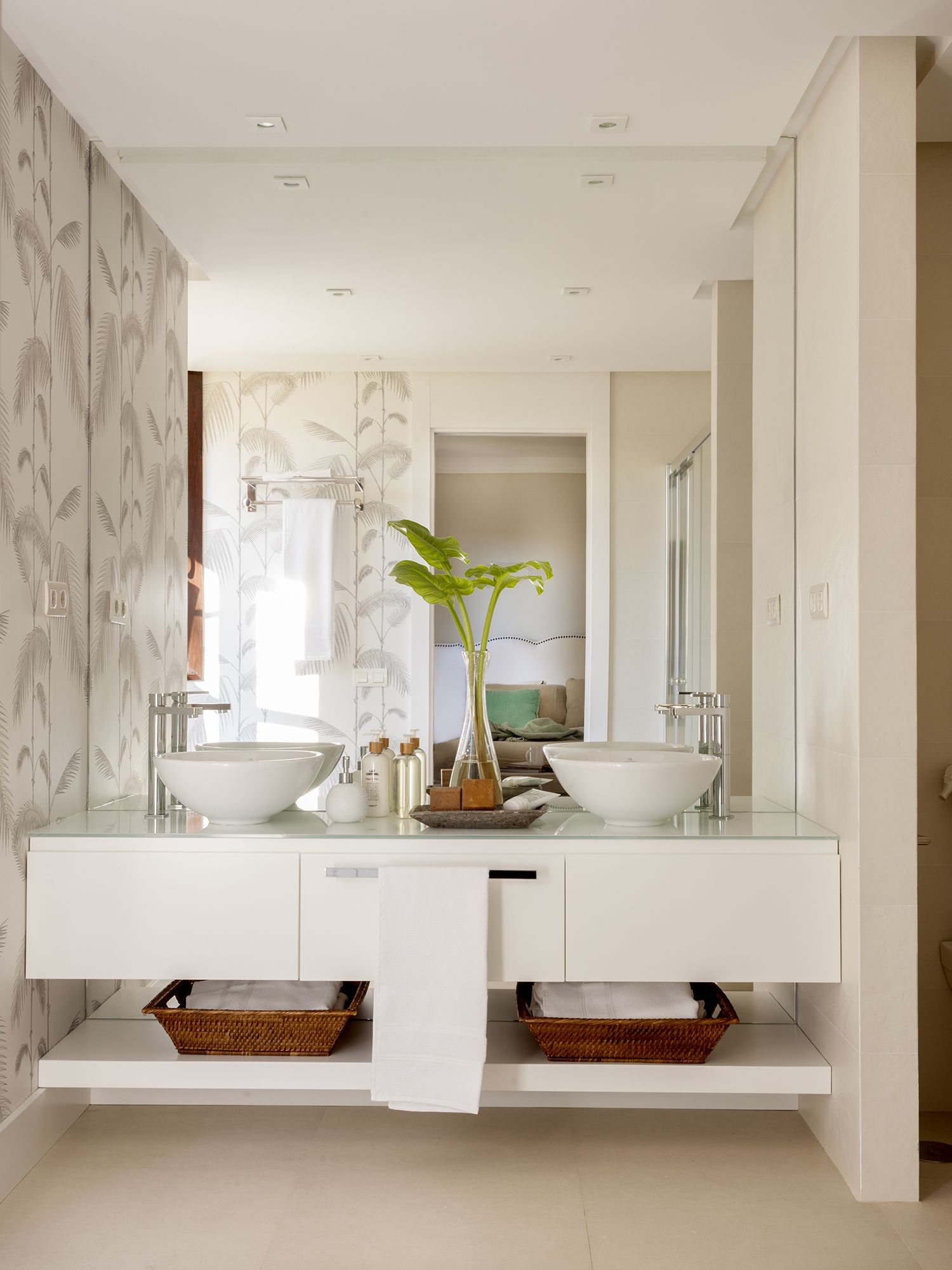 Un baño en suite con mueble bajolavabo volado y dos lavamanos | Baño ...