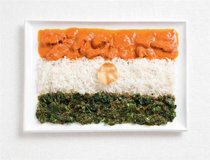 Índia: frango ao molho curry, arroz, cheera thoran (espinafre cozido) e paparis (tipo de panqueca indiana)