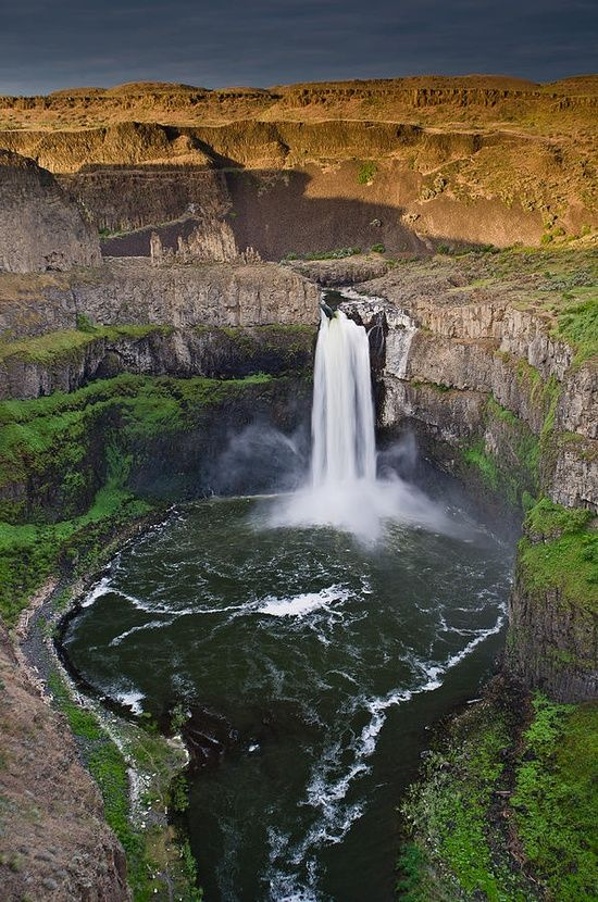 The Palouse Falls lies on the Palouse River, about 4 mi (6 km) upstream of the confluence with the Snake River in southeast Washington, United States