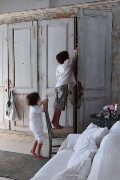 Love the doors and shabby chic style of built-in wardrobe Cupboard - Peindre Des Portes En Bois