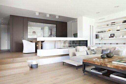 Robuuste tafel mooi gecombineerd met modern interieur renovation