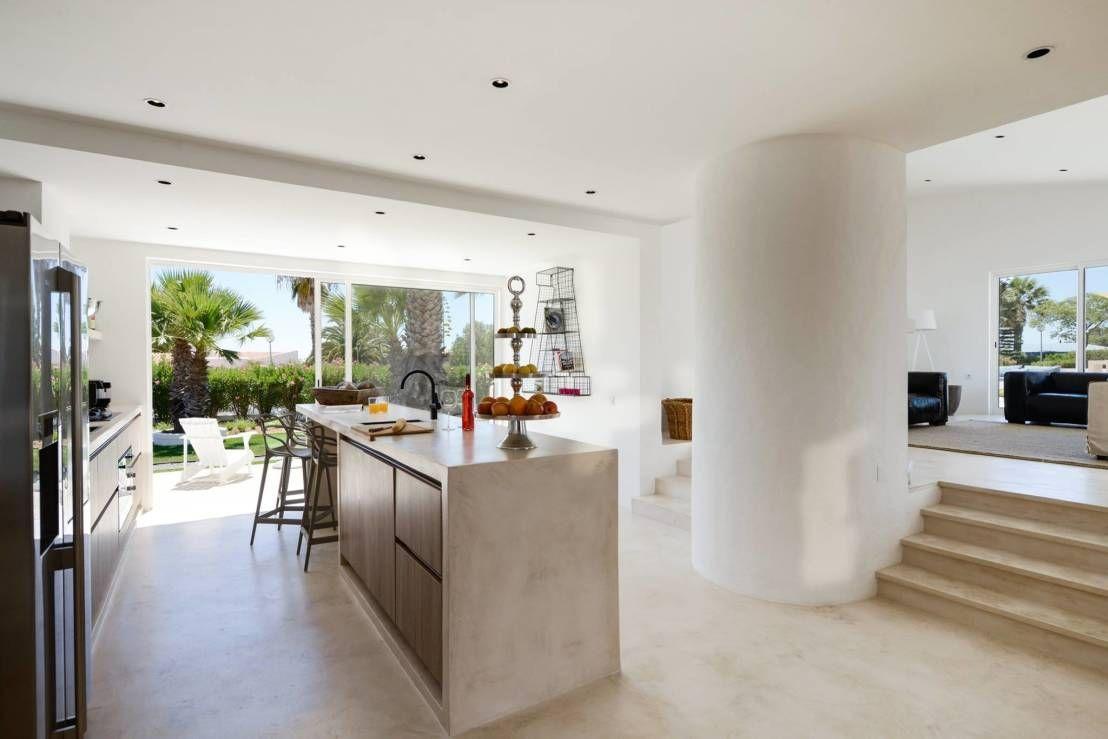 Cozinha em betão com acabamento em microcimento : Cozinhas mediterrânicas por Studioarte