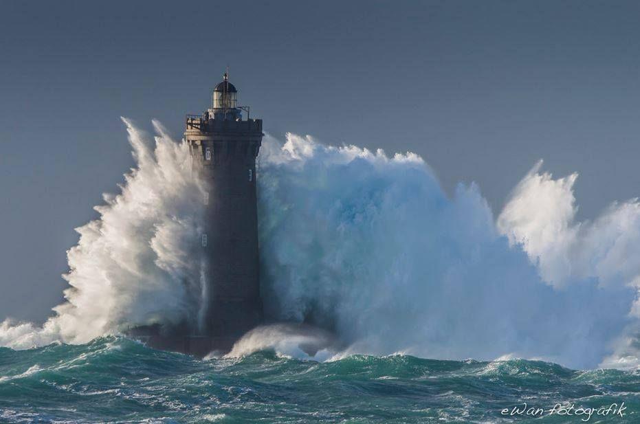 le phare du four bretagne pendant la temp te herman lighthouse du four during storm herman. Black Bedroom Furniture Sets. Home Design Ideas