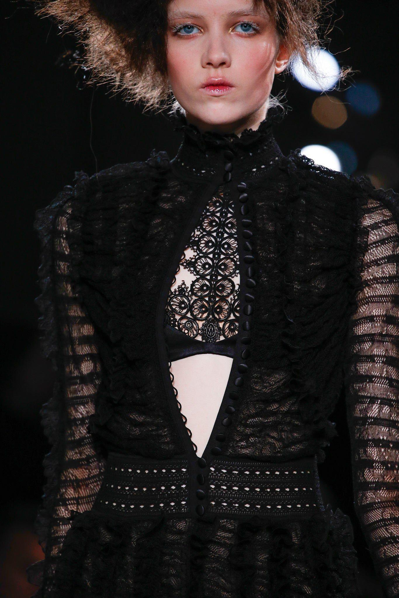 Alexander McQueen Fall 2015 Ready-to-Wear Fashion Show Details