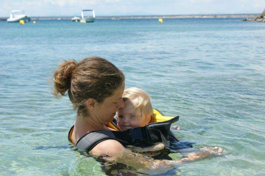 Babytrage für Jungen, Babytrage für Mädchen, Babytrage, Baby tragen, Kind tragen, Babytrage Strand, Neopren, Baby schwimmen, Schwimmen Mutter, Wassergewöhnung, Wasser, Strand, Urlaub