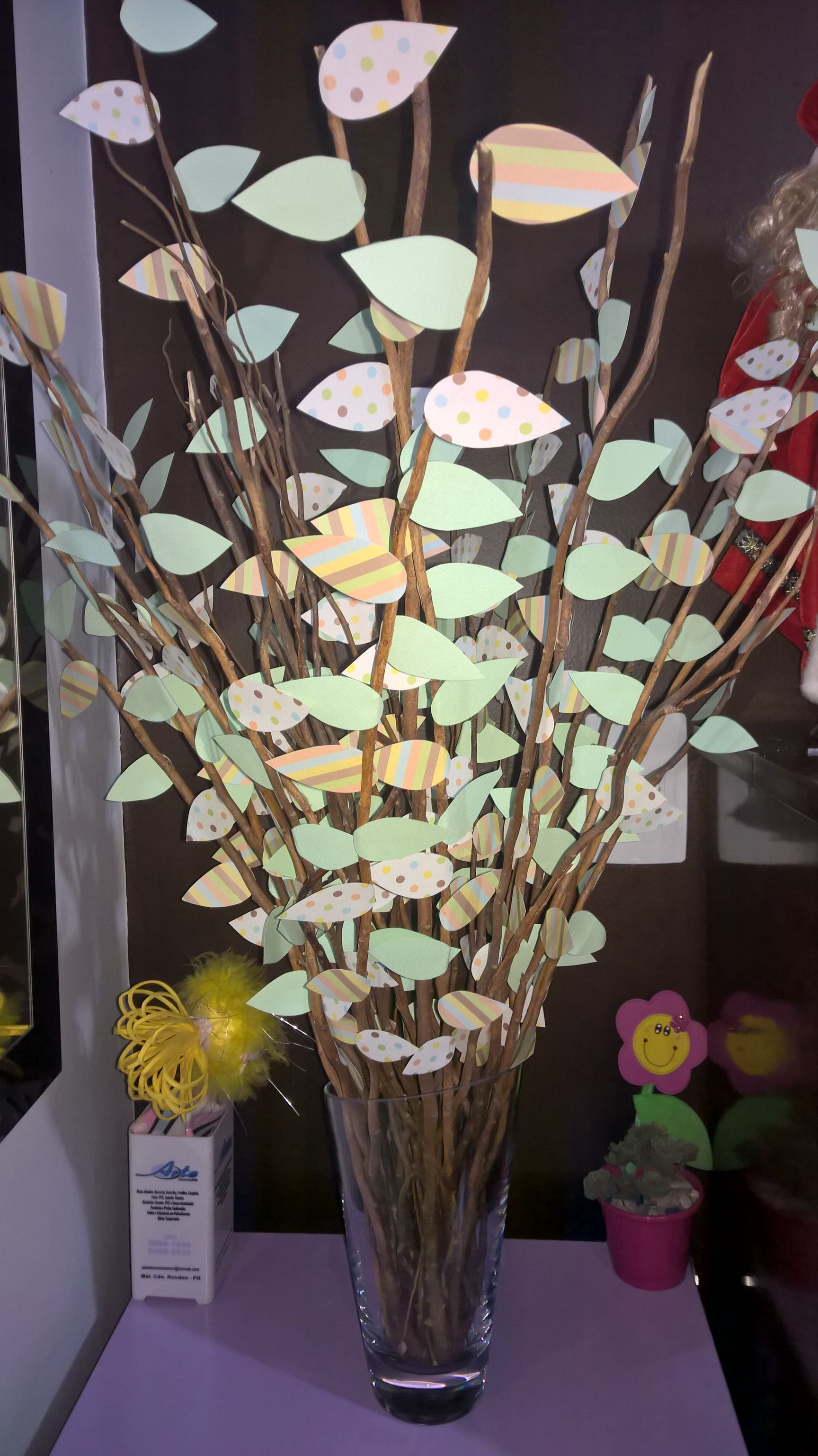 Árvore de galhos secos e folhas de papel