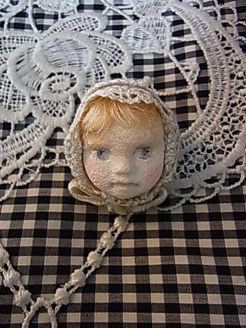 粘土で作った土台に、絹のちりめんを貼った人形の顔のブローチを作りました。髪の毛は絹、レースを使っています。アンティークなビスクドールのような雰囲気を持っていま...|ハンドメイド、手作り、手仕事品の通販・販売・購入ならCreema。