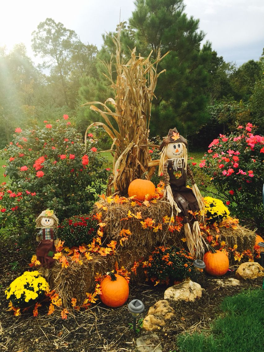 Fall Display At Driveway Entrance With Mums Pumpkins Corn Stalks Hay Fall Leaf Garland And Scarecrows Fall Yard Decor Fall Outdoor Decor Fall Outdoor