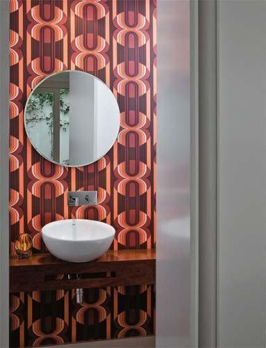 5. Com apenas 1,60 m², o lavabo ganhou destaque com a estampa inspirada nos ...
