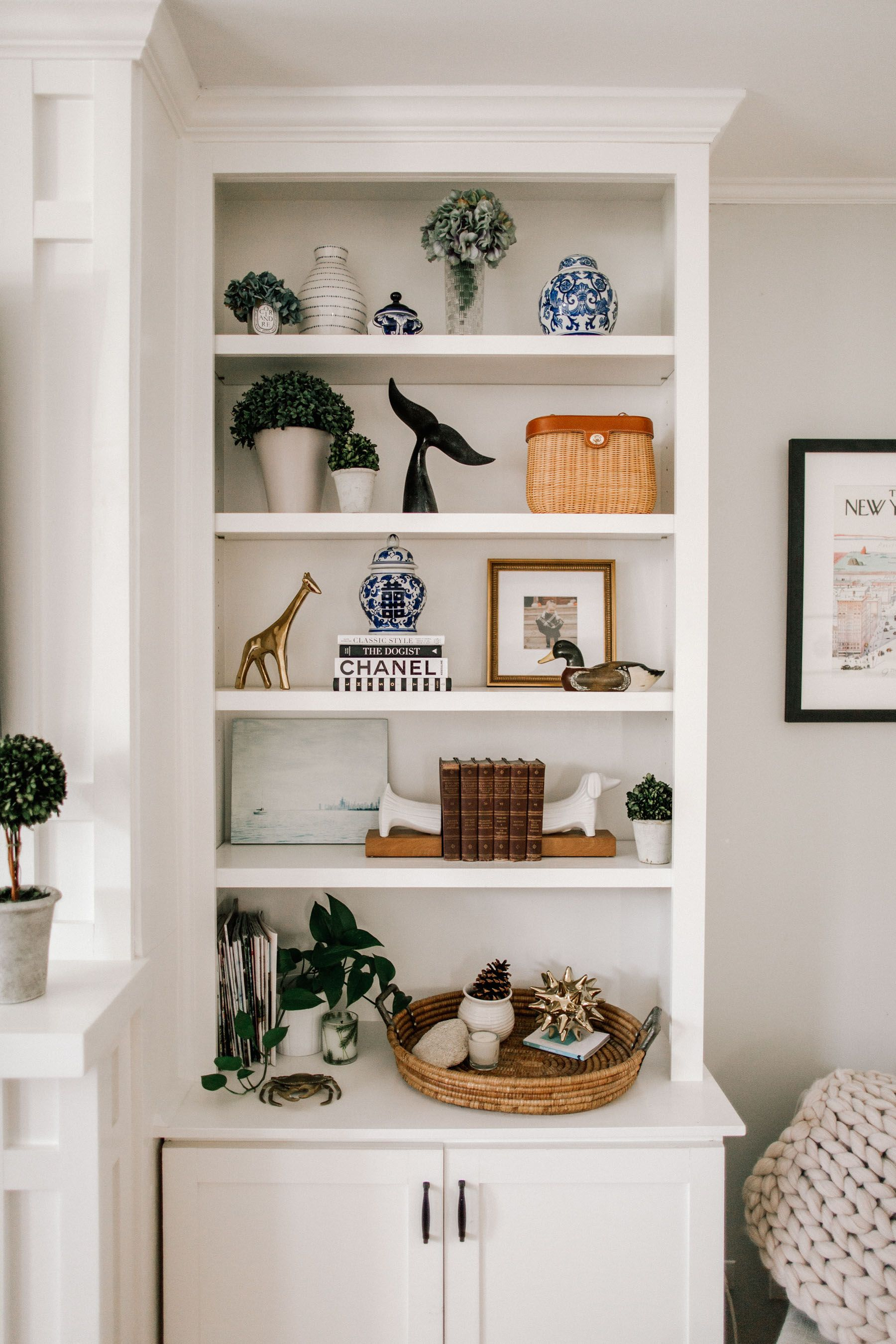 How To Decorate Preppy Bookshelves Kelly In The City Decorating Bookshelves Bookshelf Decor Bookshelves Diy